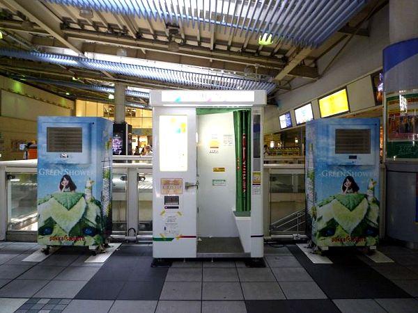 ↑ 品川駅中央改札内に設置された、ラッピング状態の気化式涼風扇「アクアクールスリム」
