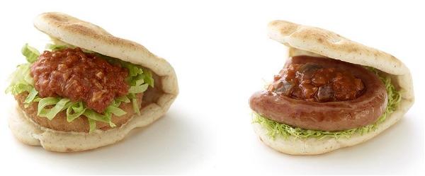 ↑ 左から「海老カツフォカッチャ 蟹(かに)のスイートチリソース」「ソーセージフォカッチャ バーベーキューソース」