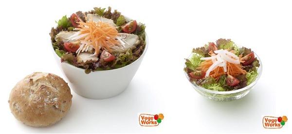 ↑ 『ごちそうサラダ「ハーブチキンとにんじん」ライ麦パン付き』と『こだわり野菜のにんじんサラダ』