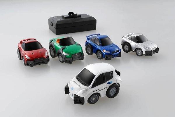 ↑ Q-eyes(キューアイズ)各車種。前列はNISSAN LEAF 自動運転テストカー、後列左からコースガレージセットに同梱のNISSAN GT-R、DAIHATSUコペン future included Xmz、SUBARU WRX STI、NISSAN GT-R