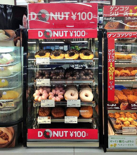 ↑ ドーナツの専用什器。価格はすべて100円(税込)で統一されているため、表示もシンプル