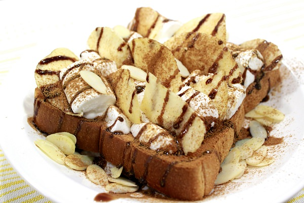 ↑ 「ポテトチップス バナナ味」の食べ方の提案。バナナクリームトーストのトッピングとして